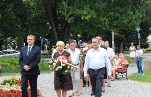 W hołdzie poległym powstańcom warszawskim