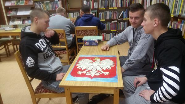 Edukacyjne gry planszowe z historycznym tłem w Powiatowej Bibliotece Publicznej w Kętrzynie