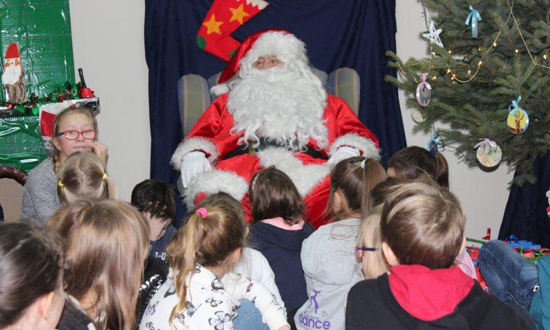Radosna zabawa i moc prezentów dla dzieci  z okazji Powiatowych Mikołajek