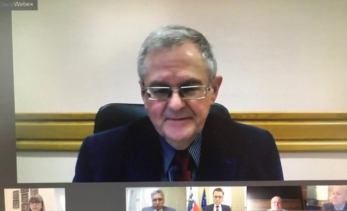 Fotografia przedstawia radnego Rady Powiatu w Kętrzynie Lecha Ryndzionka podczas zdalnej XXX sesji