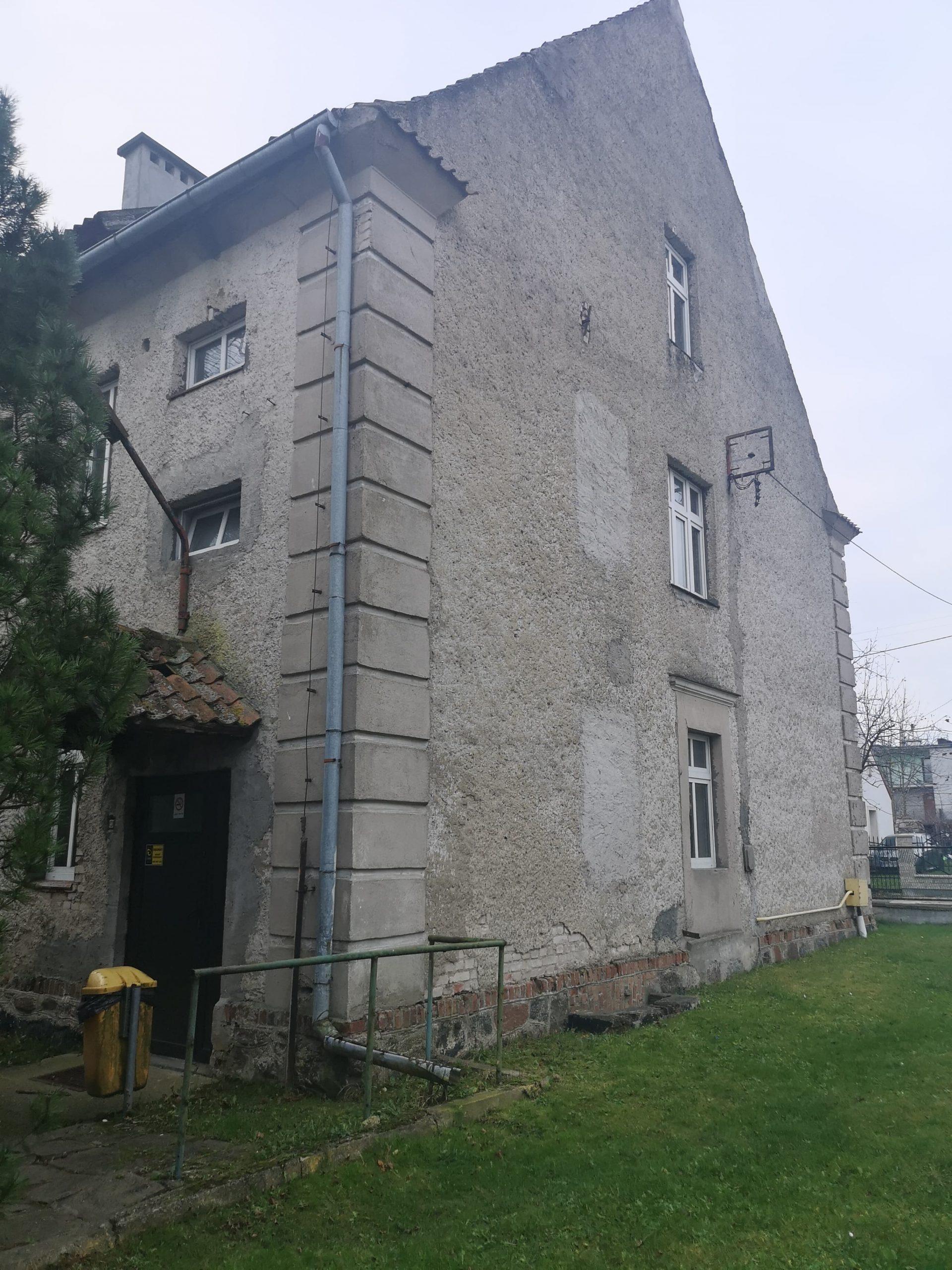Fotografia przedstawia budynek nr 4 przy Zespole Szkół im. Macieja Rataja w Reszlu od strony wejścia głównego