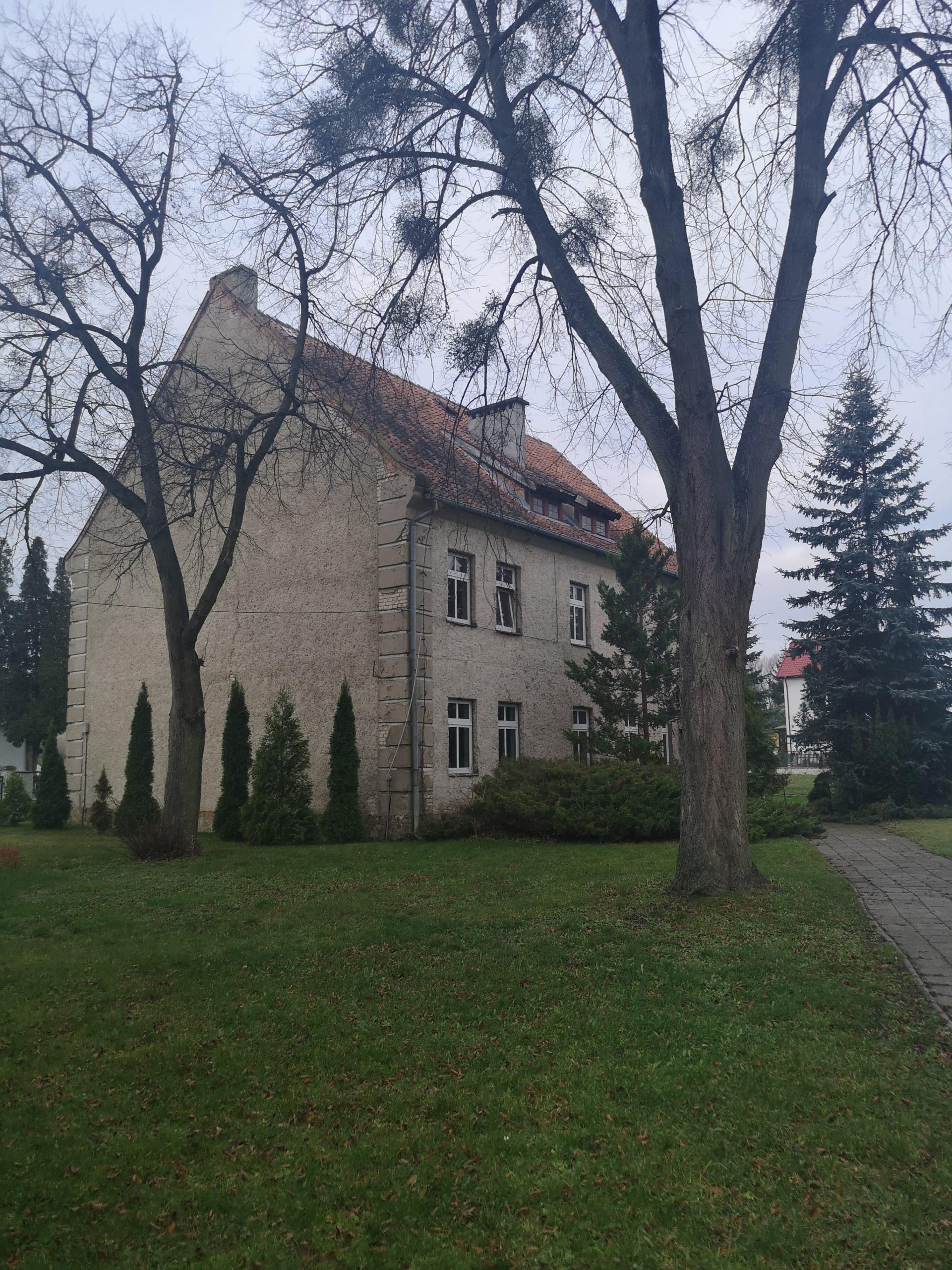 Fotografia przedstawia budynek nr 4 przy Zespole Szkół im. Macieja Rataja w Reszlu od szczytu