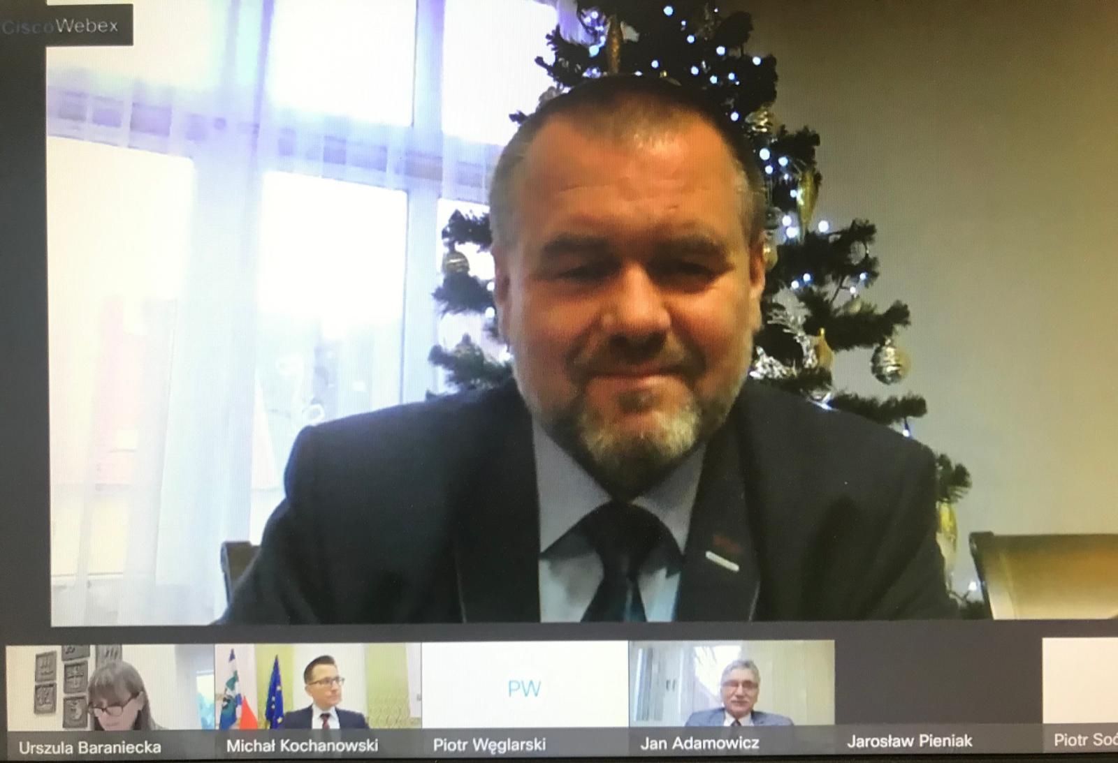 Fotografia przedstawia radnego Rady Powiatu w Kętrzynie Jarosława Pieniaka podczas zdalnej XXX sesji