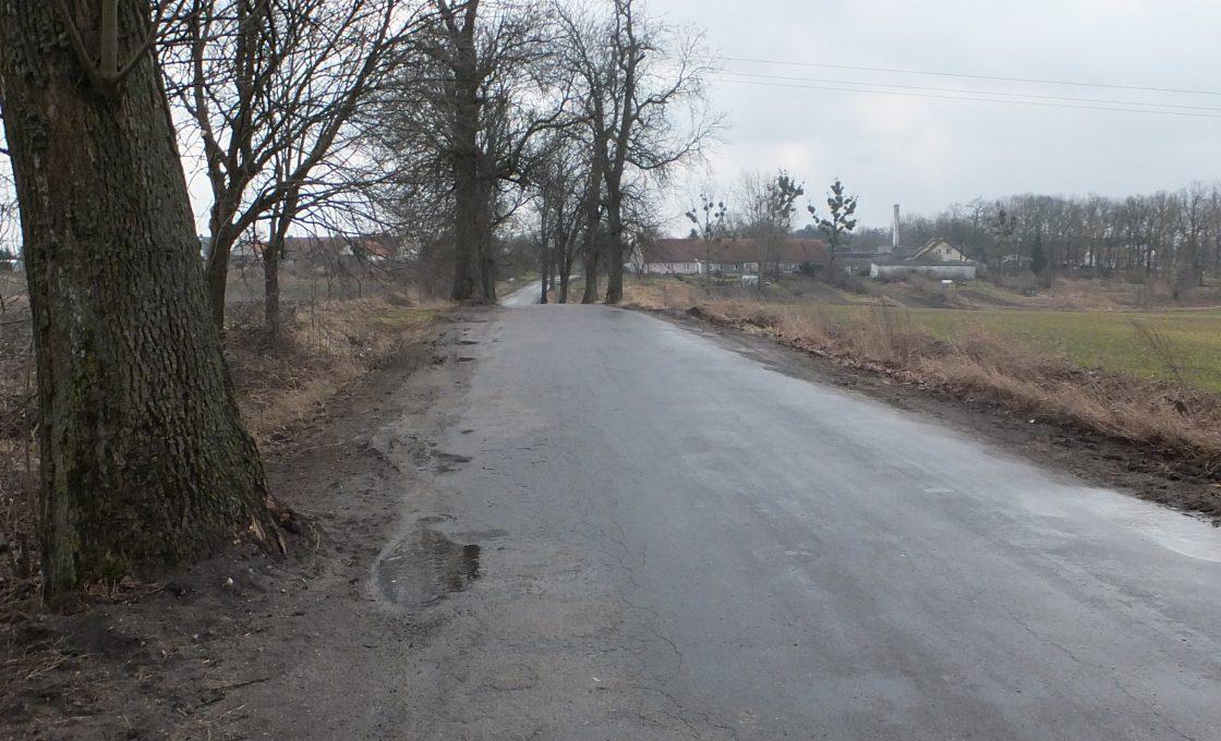 Fotografia przedstawia drogę powiatową nr 1567N na odcinku Szczurkowo - Wodukajmy - Sępopol - Glitajny - I etap odcinka Nr III (przed inwestycją)