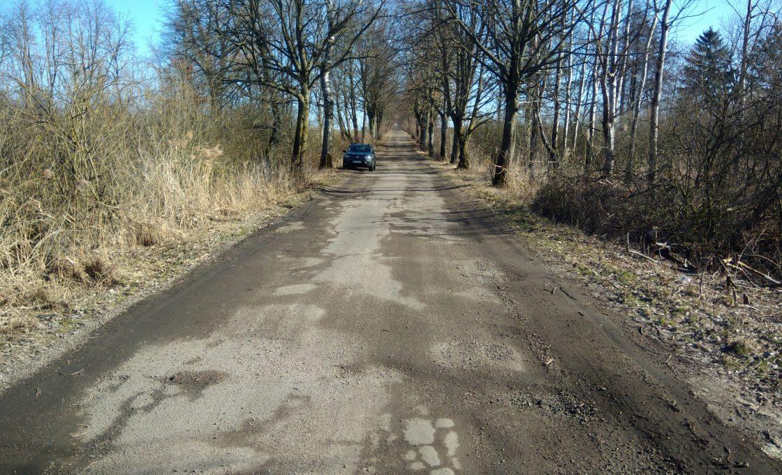 Fotografia przedstawia drogę powiatową nr 1584N Dr. Woj. Nr 592 - Jeżewo - Winda - Jankowice - Srokowo na odcinku Kiemławki Wielkie- Winda - Etap I Nr III (przed inwestycją)