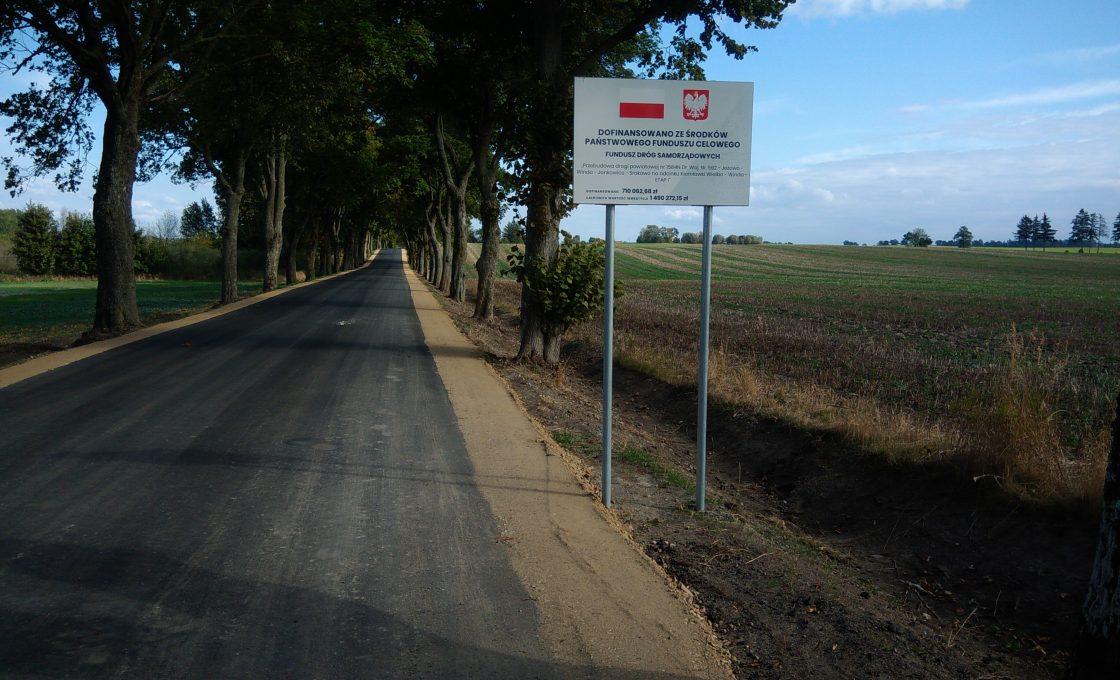 Fotografia przedstawia drogę powiatową nr 1584N Dr. Woj. Nr 592 - Jeżewo - Winda - Jankowice - Srokowo na odcinku Kiemławki Wielkie- Winda - Etap I Nr III (po inwestycji)