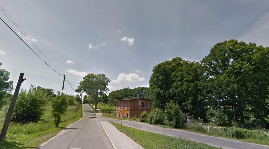 Fotografia przedstawia drogę powiatową Nr 3935 N ulicy Pieniężnego w Reszlu (przed inwestycją)