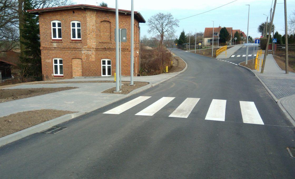 Fotografia przedstawia drogę powiatową Nr 3935 N ulicy Pieniężnego w Reszlu (po inwestycji)
