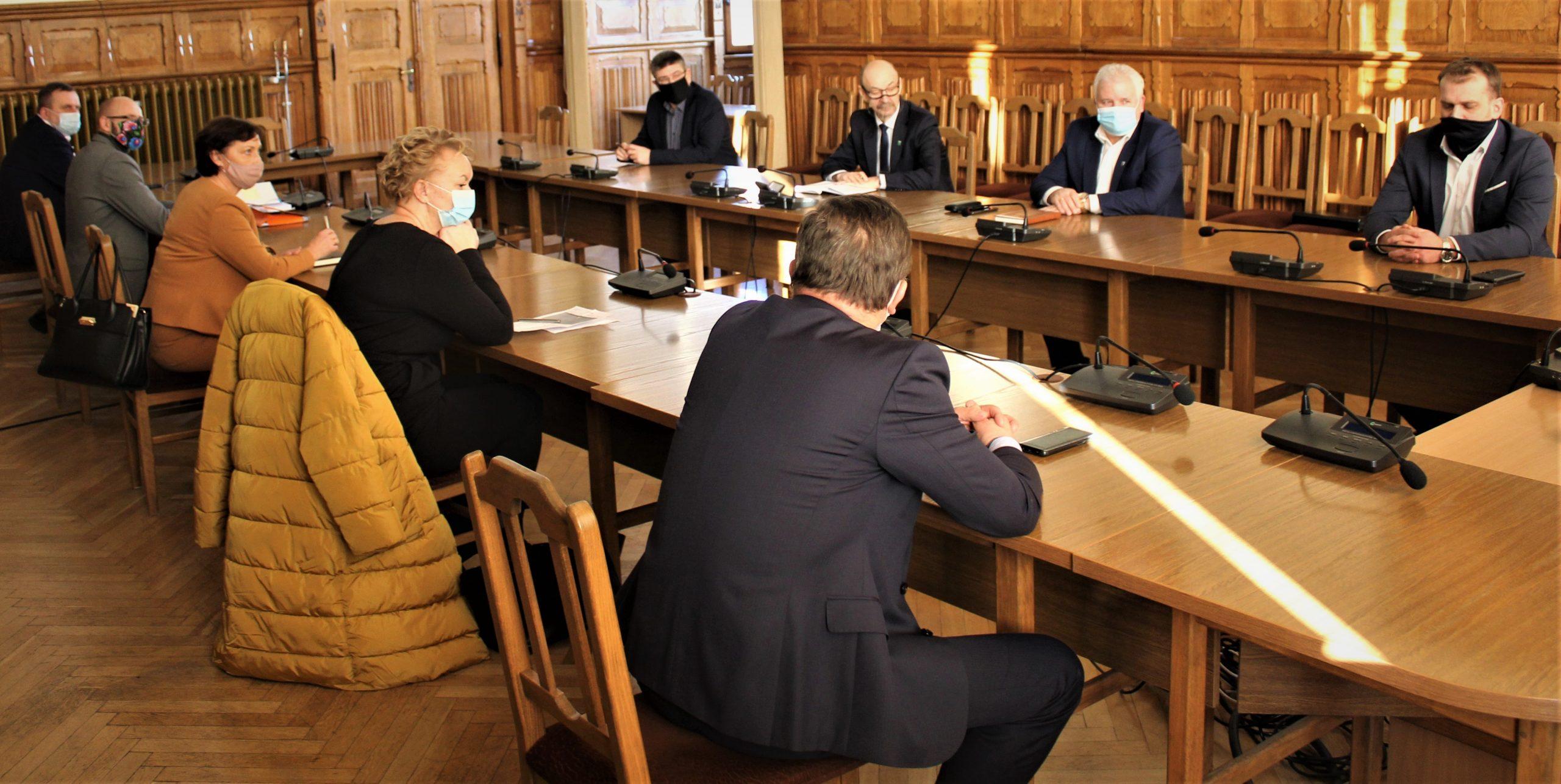 Zdjęcie przedstawia samorządowców z terenu powiatu kętrzyńskiego biorących udział w spotkaniu.