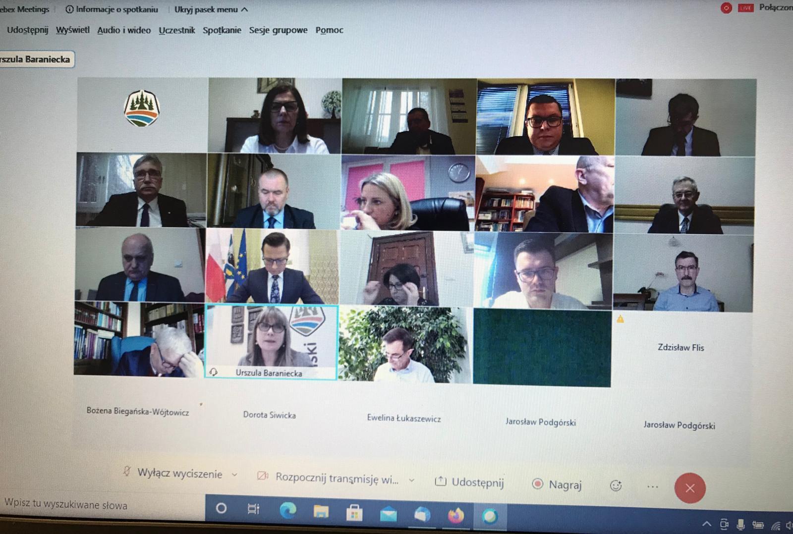 Fotografia przedstawia uczestników XXXI sesji Rady Powiatu w Kętrzynie (zrzut z ekranu)