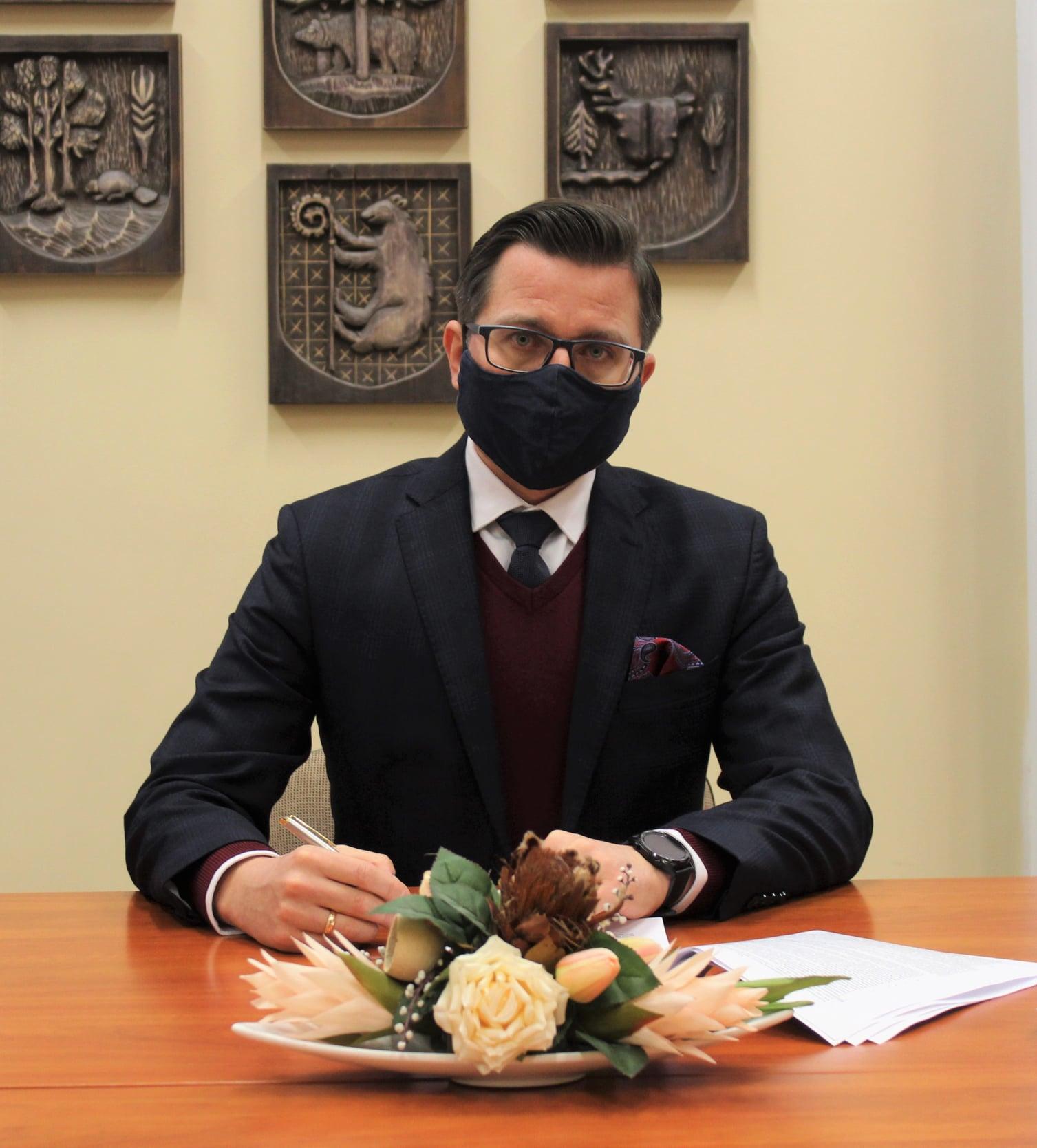 Zdjęcie przedstawia starostę kętrzyńskiego Michała Kochanowskiego podpisującego umowę