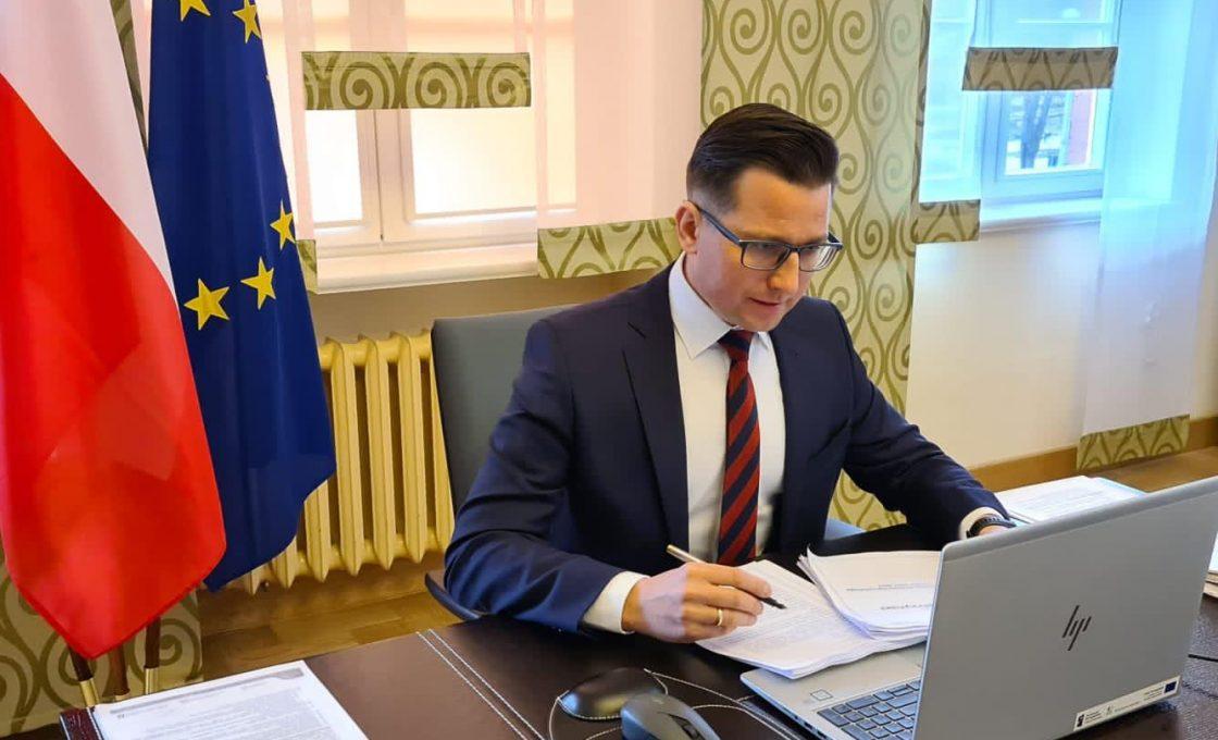 Zdjęcie przedstawia starostę kętrzyńskiego Michała Kochanowskiego podczas obrad sesji