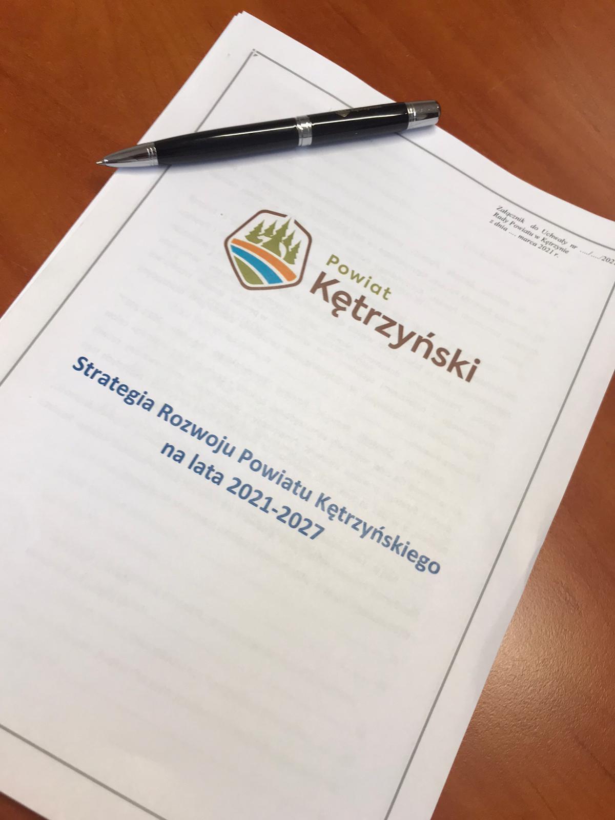 """Zdjęcie przedstawia pierwszą stronę załącznika do uchwały w sprawie przyjęcia programu rozwoju """"Strategia Rozwoju Powiatu Kętrzyńskiego na lata 2021-2027"""""""