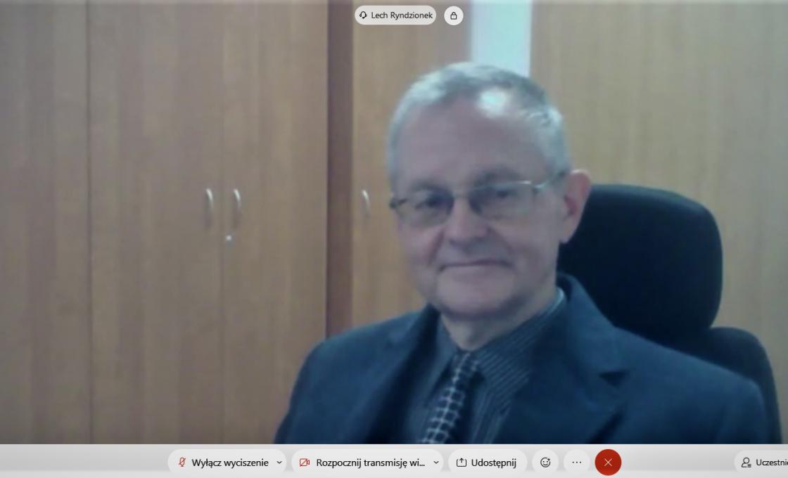 Zdjęcie przedstawia radnego Rady Powiatu w Kętrzynie Lecha Ryndzionka podczas obrad sesji