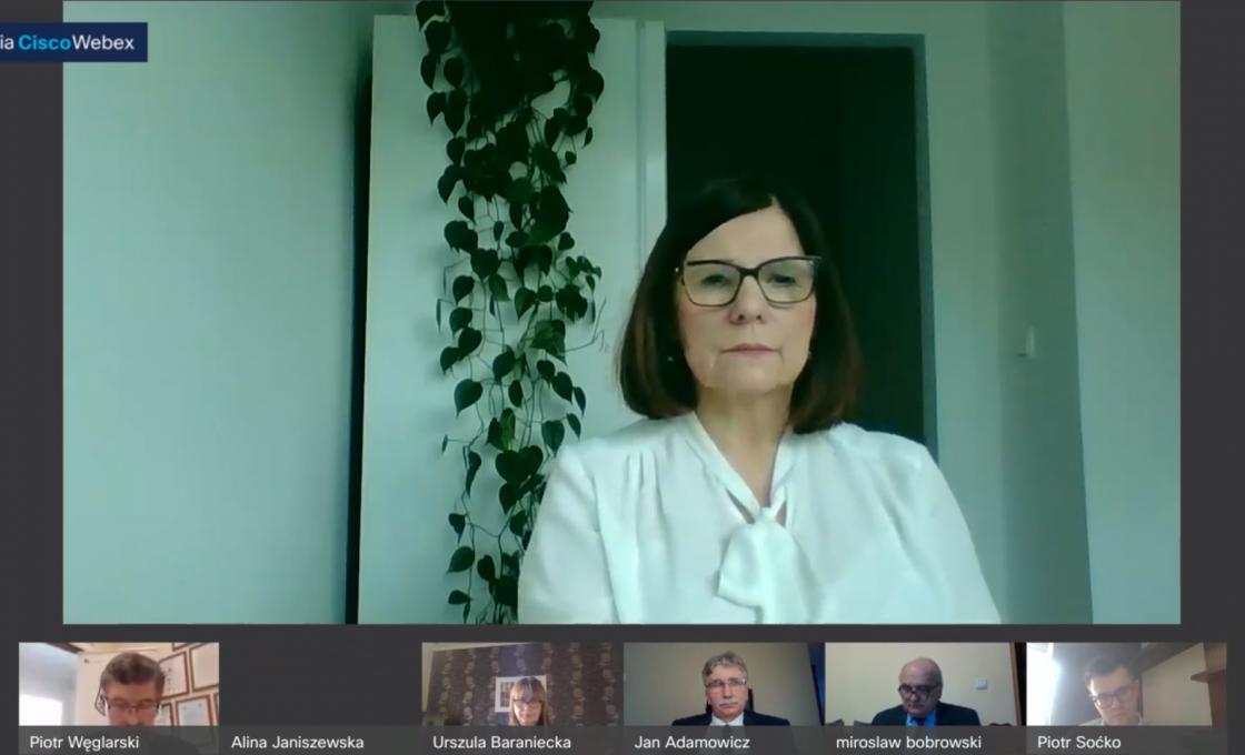 Zdjęcie przedstawia radną Rady Powiatu w Kętrzynie Alinę Janiszewską podczas obrad XXXII sesji Rady Powiatu Kętrzyńskiego