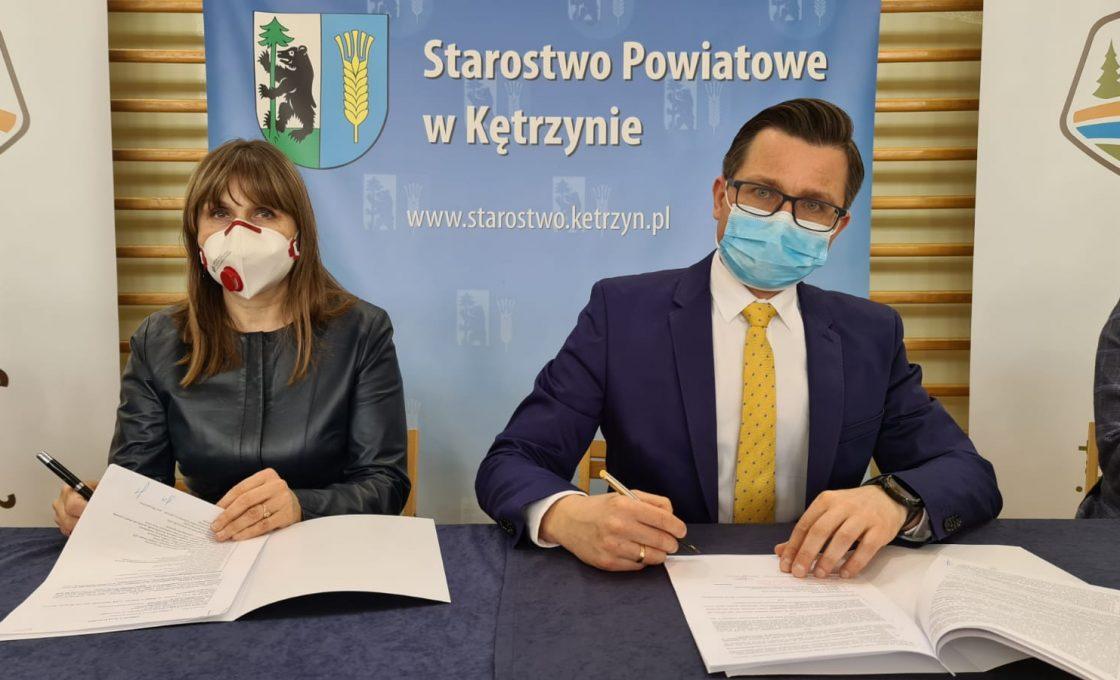 Zdjęcie przedstawia starostę kętrzyńskiego Michała Kochanowskiego oraz Przewodniczącą Rady Powiatu Urszulę Baraniecką.
