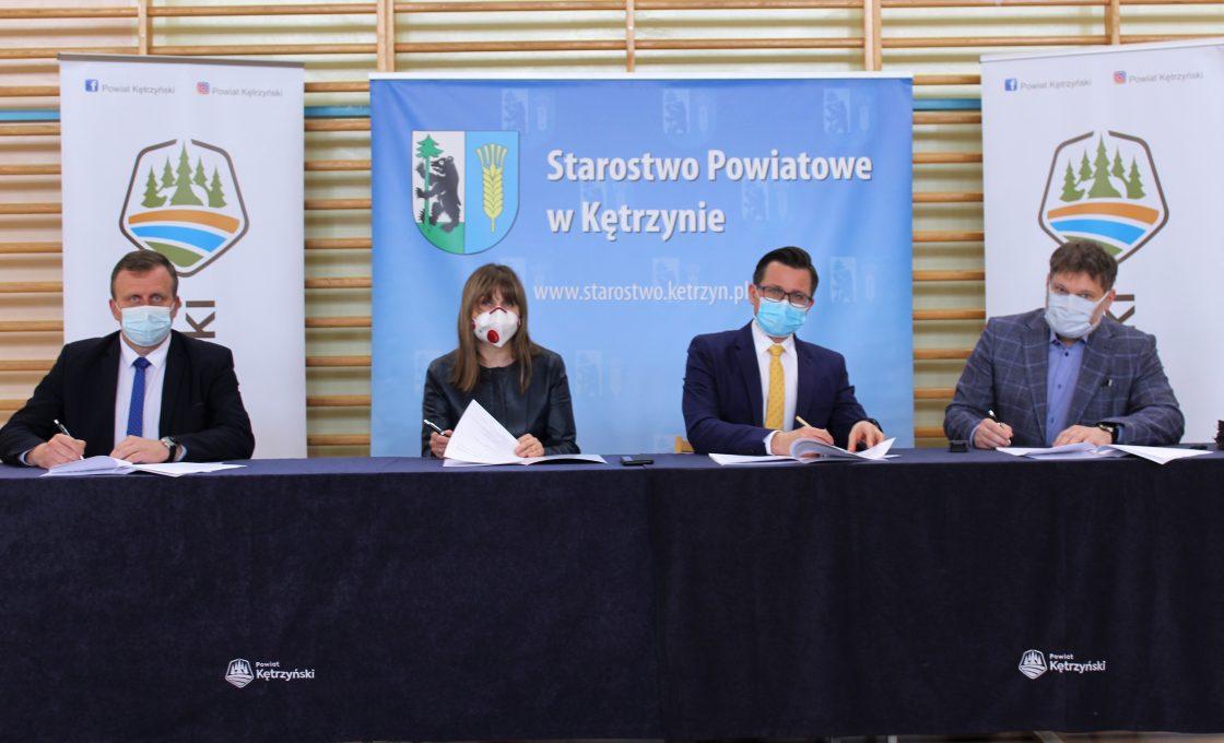 Zdjęcie przedstawia starostę Michała Kochanowskiego, wicestarostę Andrzeja Lewandowskiego, Przewodniczącą Rady Urszulę Baraniecką i wykonawcę inwestycji.