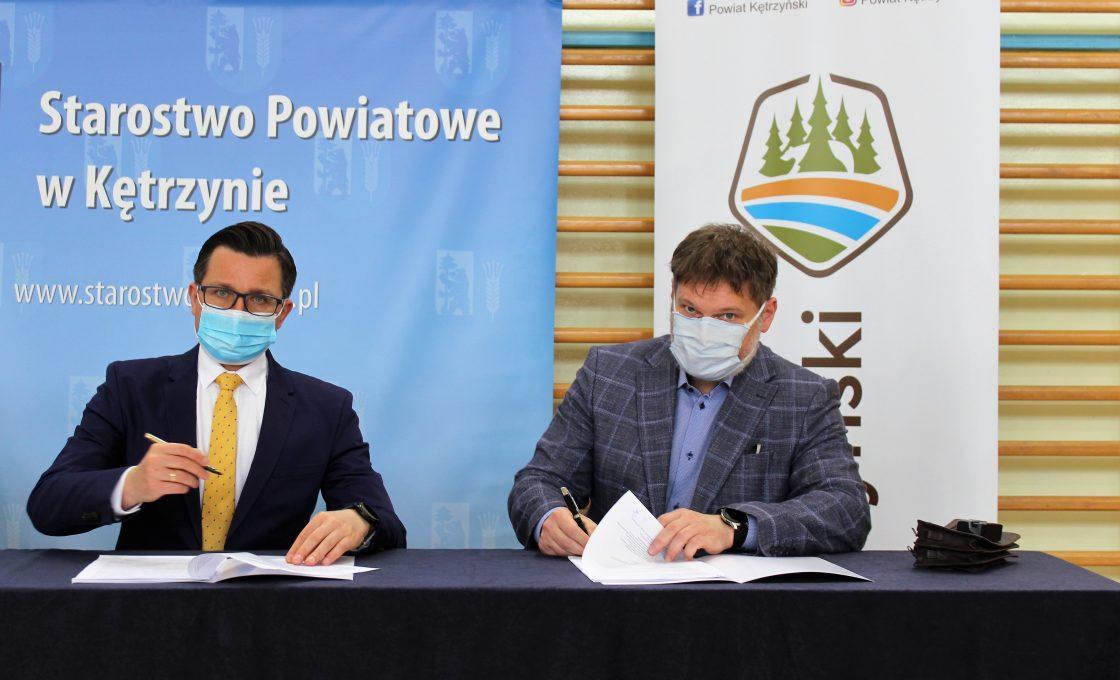 Zdjęcie przedstawia starostę kętrzyńskiego Michała Kochanowskiego i wykonawcę inwestycji.