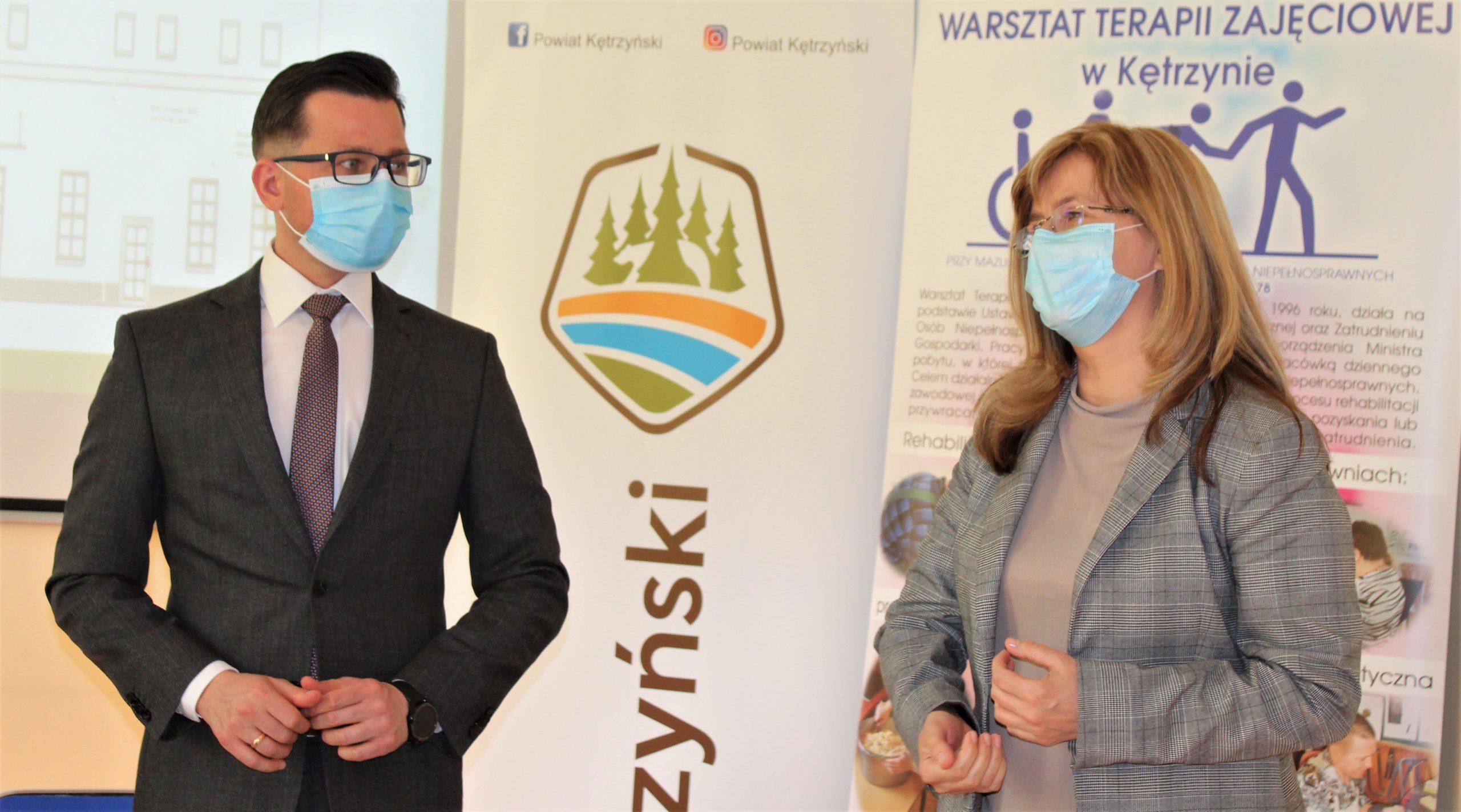 Zdjęcie przedstawia starostę kętrzyńskiego Michała Kochanowskiego oraz Dorotę Siwicką Dyrektor Powiatowego Centrum Pomocy Rodzinie w Kętrzynie