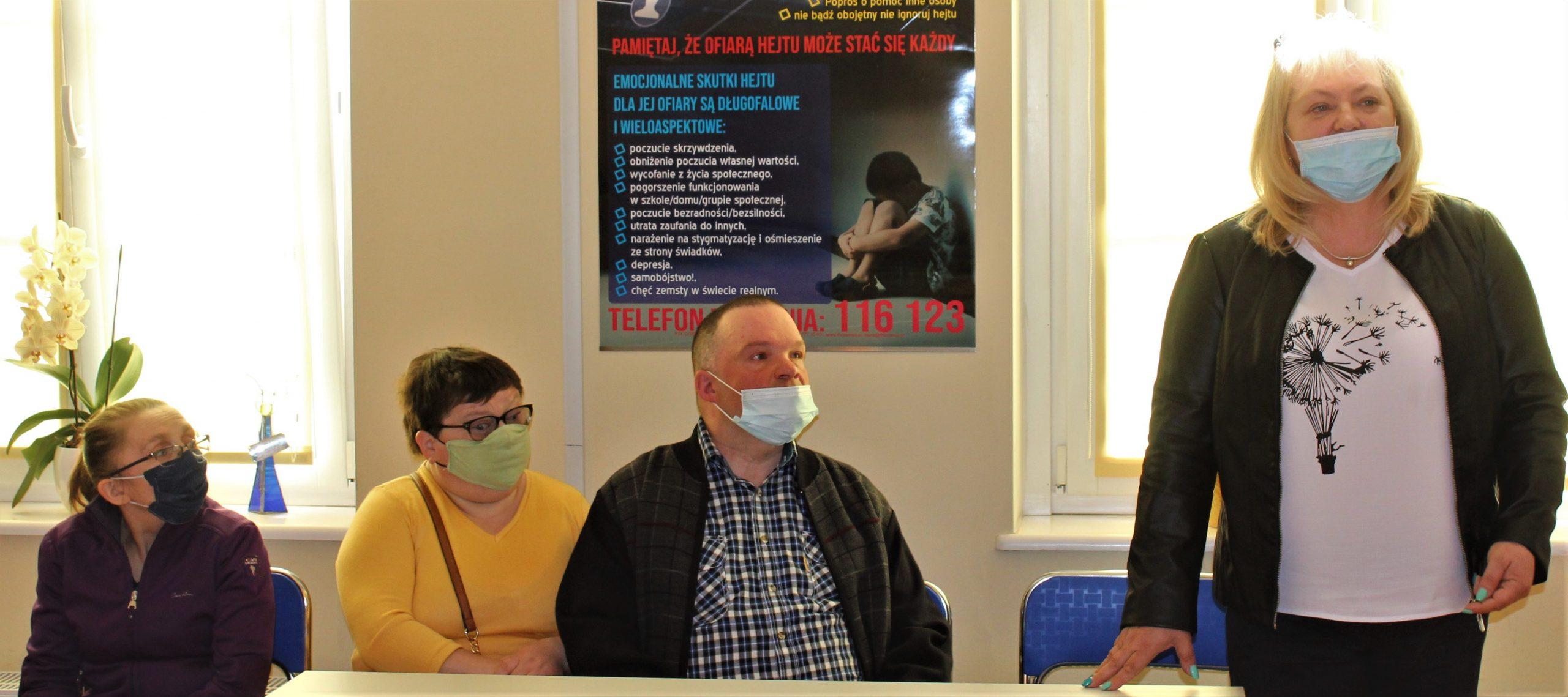Na zdjęciu kierownik Warsztatów Terapii Zajęciowej w Kętrzynie Bogumiła Bzdera wraz uczestnikami WTZ-ów