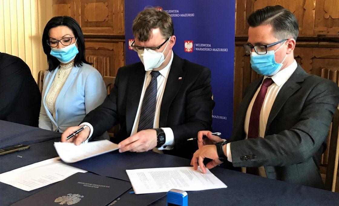 Zdjęcie przedstawia kolejno od lewej strony: senator Małgorzata Kopiczko, Wojewodę Województwa Warmińsko-Mazurskiego Artura Chojeckiego oraz starostę kętrzyńskiego Michała Kochanowskiego.