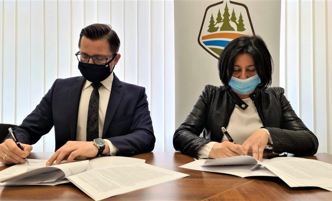 Zdjęcie predstawia staroste kętrzyńskiego Michała Kochanowskiego oraz Członka Zarządu Powiatu w Kętrzynie Olgę Wanago podpisujących umowę