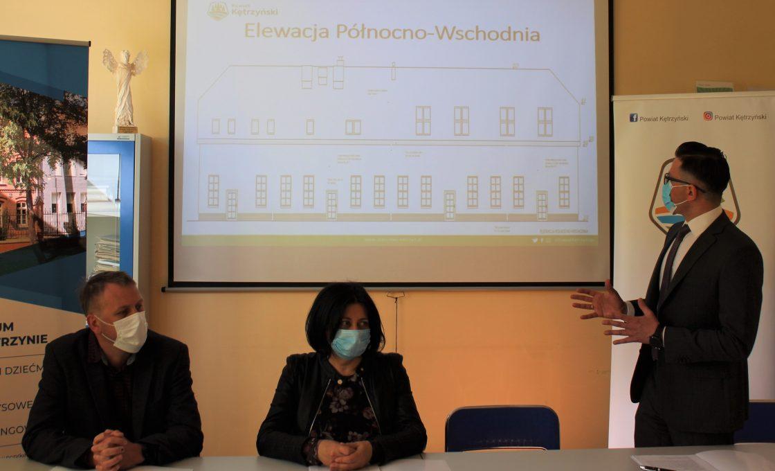 Na zdjęciu starosta kętrzyński Michał Kochanowski omawiający budowę inwestycji oraz Członek Zarządu Powiatu w Kętrzynie Olgę Wanago oraz wykonawca Zbigniew Miller