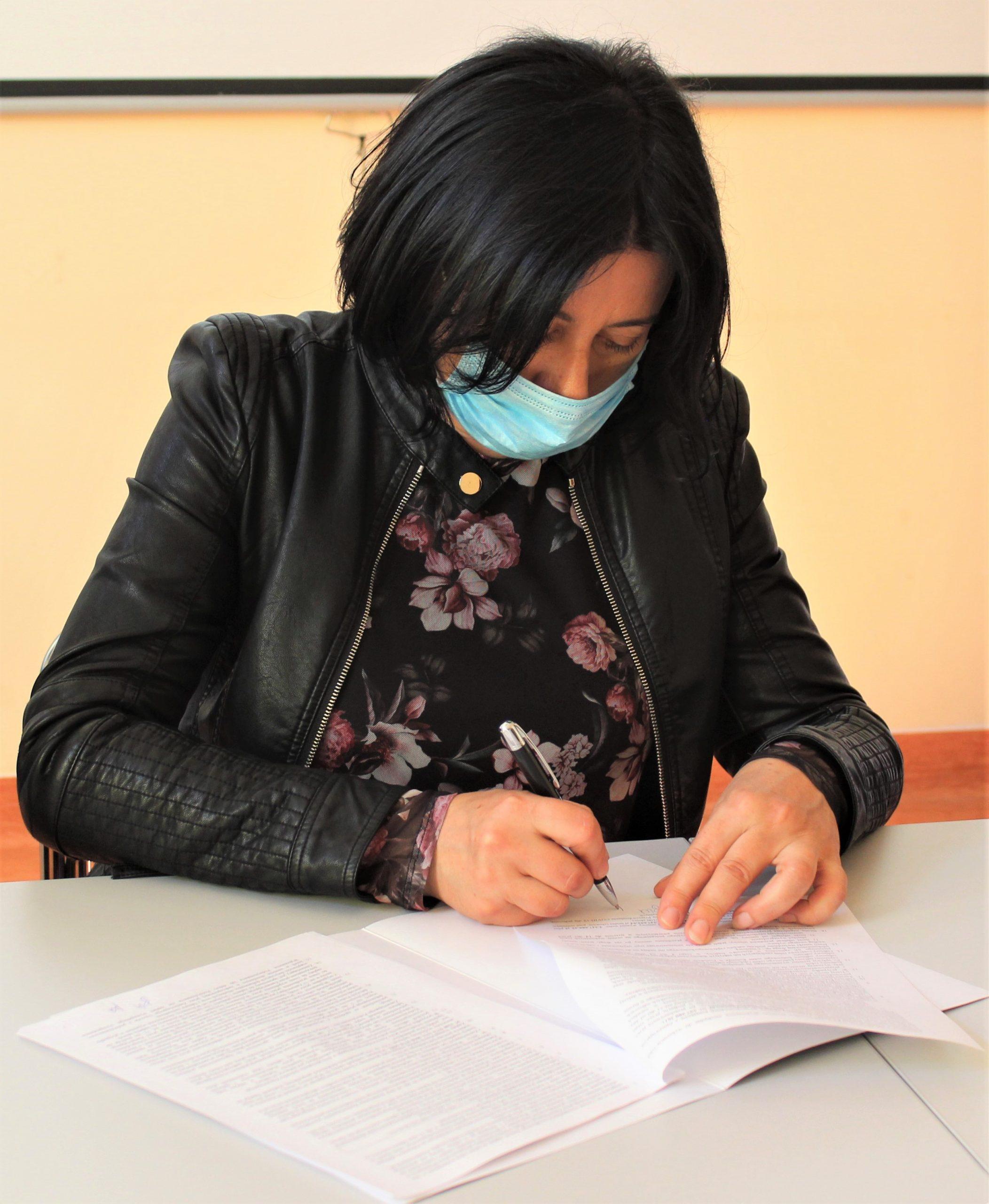 Zdjęcie przedstawia Członka Zarządu w Kętrzynie Olgę Wanago podpisującą umowę na budowę Zakładu Aktywności Zawodowej w Kętrzynie