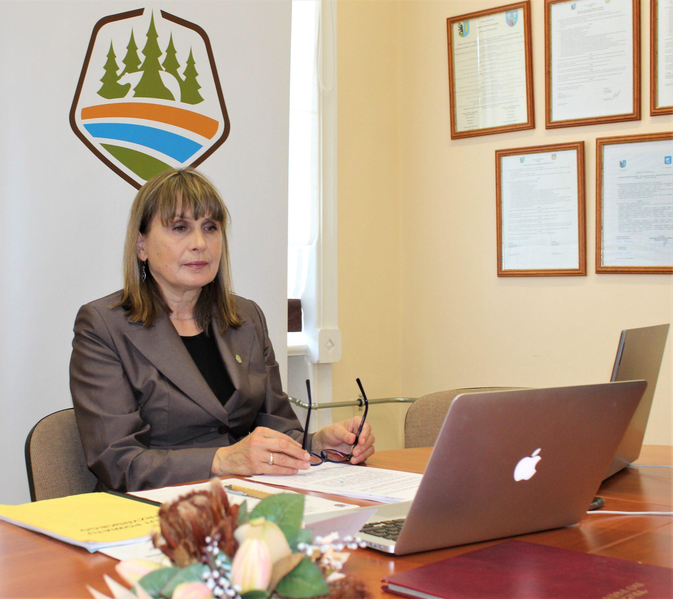 Zdjęcie przedsyawia przewodniczącą rady Urszulę Baraniecką
