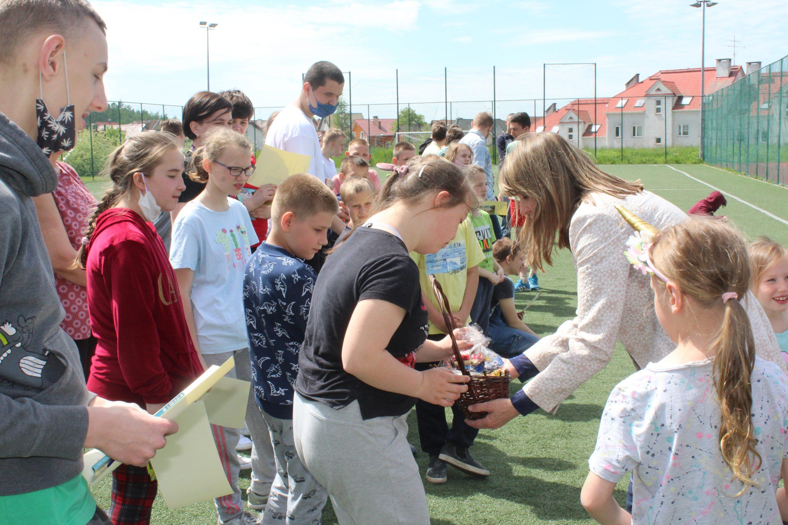 zdjęcie przedstawia przewodniczącą rady i uczniów