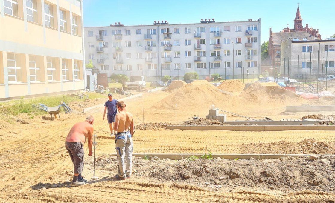 Zdjęcie przedstawia prace budowlane na boisku sportowym w Reszlu