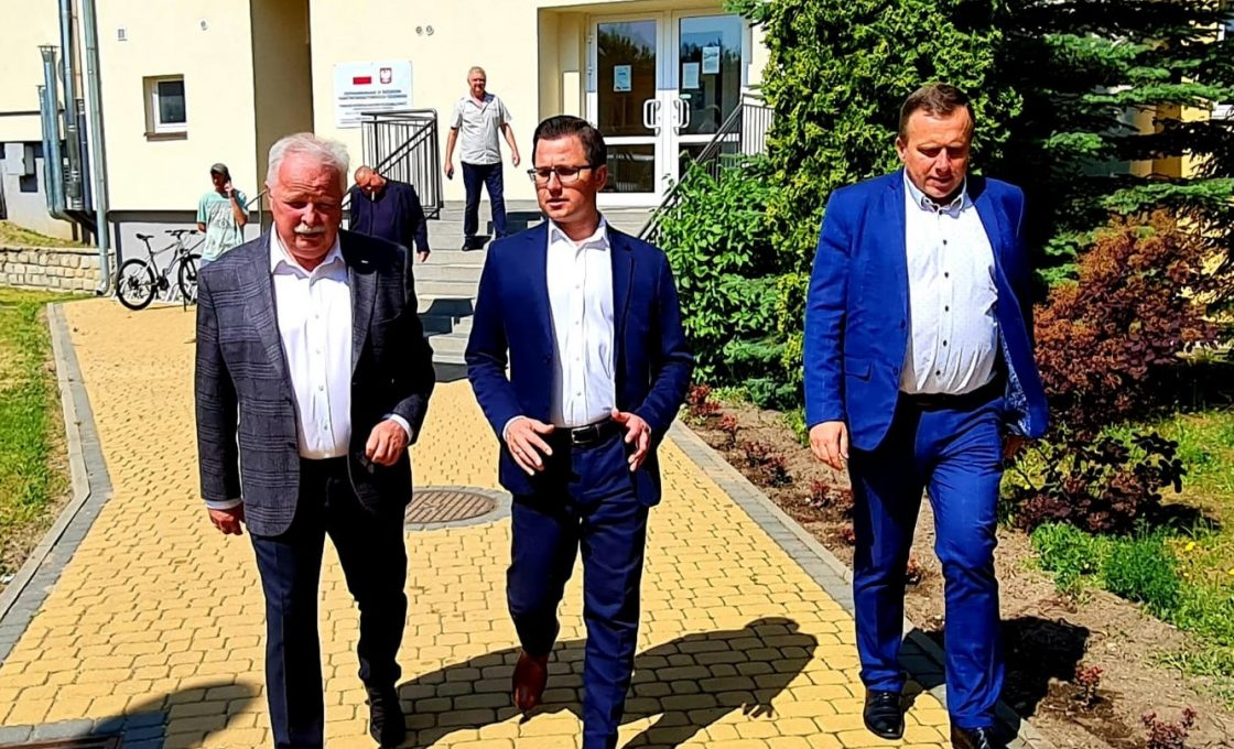 Na zdjęciu Wicemister Jacek Osuch, starosta kętrzyński Michał Kochanowski oraz wicestarosta Andrzej Lewandowski