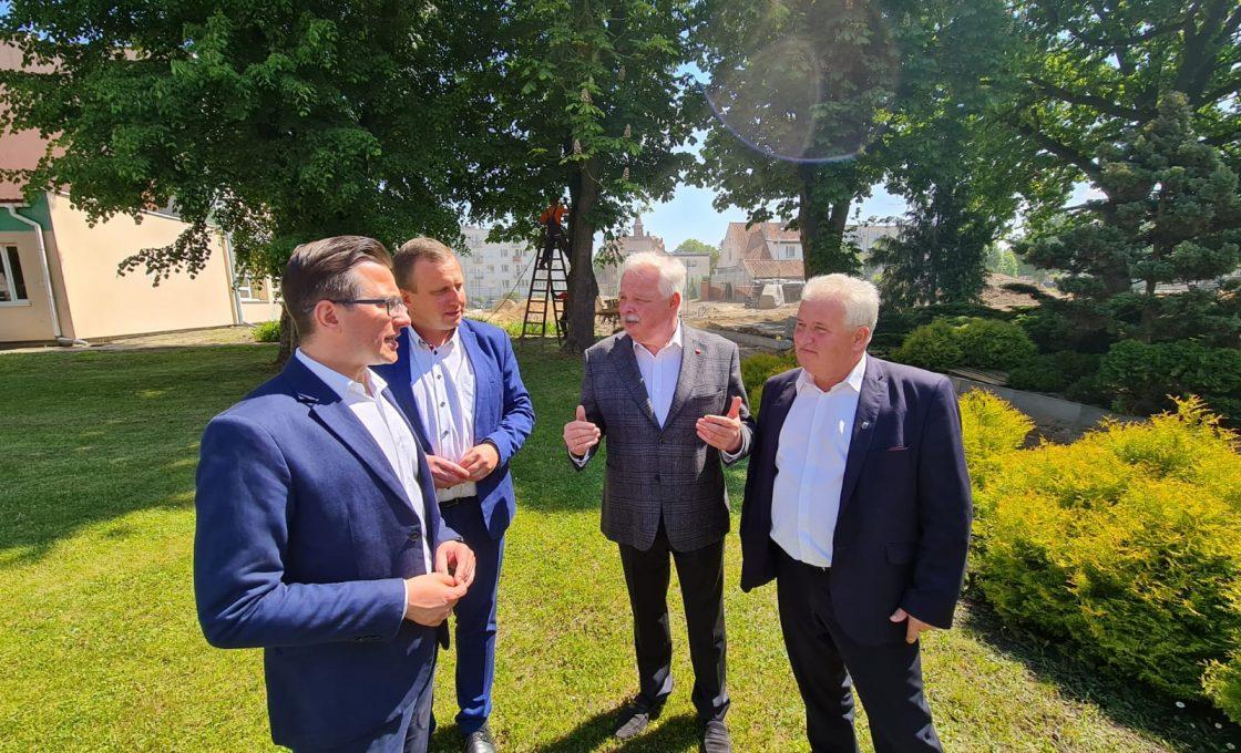 Na zdjęciu Wicemister Jacek Osuch, starosta kętrzyński Michał Kochanowski, wicestarosta Andrzej Lewandowski oraz burmistrz Reszla Marek Janiszewski