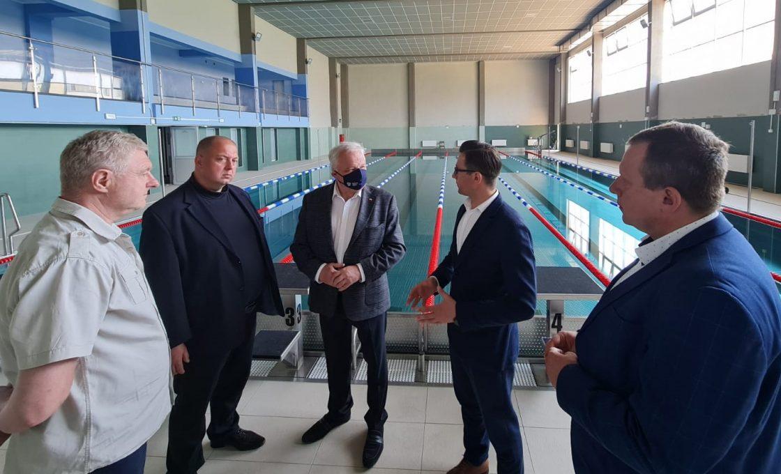 Wizyta przedstawicieli rządu RP oraz samorządu powiatu kętrzyńskie przy budowie boiska sportowego w Reszlu