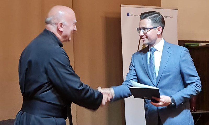 """Ks. dr Aleksander Jacyniak z tytułem honorowym """"Za Zasługi dla Powiatu Kętrzyńskiego"""""""