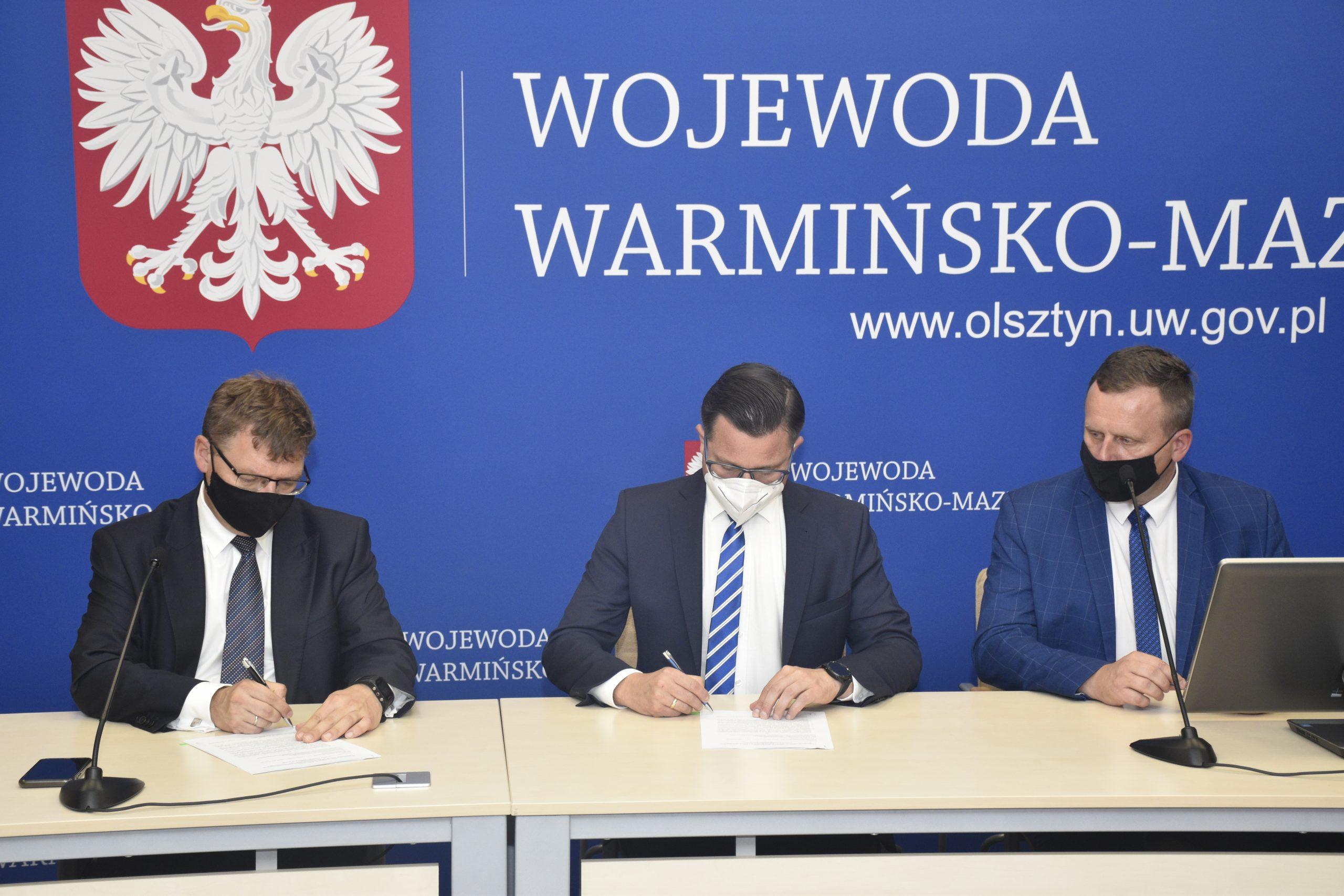 Na zdjęciu od lewej wojewoda warmińsko-mazurski Artur Chojecki, starosta kętrzyński Michał Kochanowski oraz wicestarosta Andrzej Lewandowski