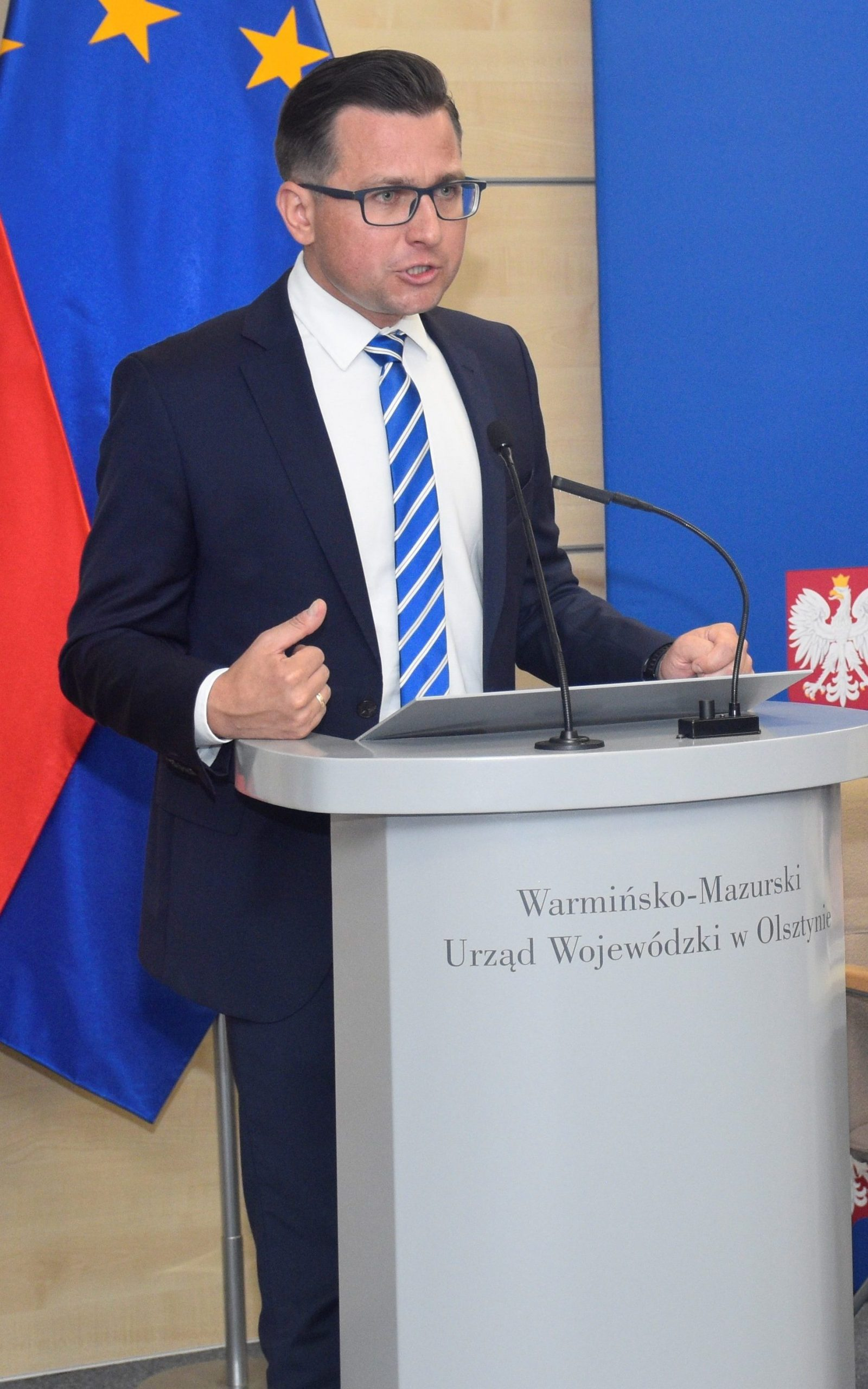 Zdjęcie przedstawia starostę kętrzyńskiego Michała Kochanowskiego podczas podpisywania umów z samorządowcami w Warmińsko-Mazurskim Urzędzie Wojewódzkim w Olsztynie.