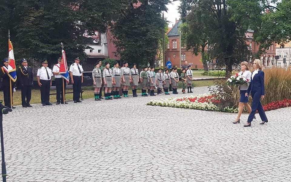 zdjęcie przedstawia przewodniczącą Rady Powiatu Urszulę Baraniecką i sekretarz powiatu Joannę Mazurowską składające kwiaty
