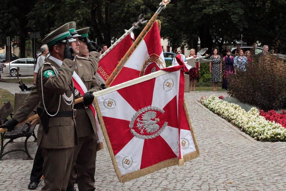 zdjęcie przedstawia sztandar honorowy straży granicznej z opuszczonym sztandarem