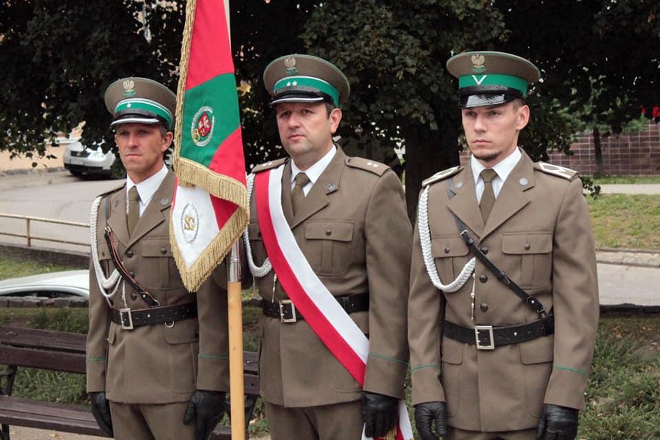 Zdjęcie przedstawia delegacje ze sztandarem