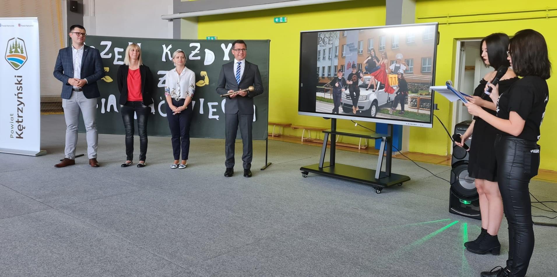 Zdjęcie przedstawia Starostę Michała Kochanowskiego na uroczystościach w Powiatowym Centrum Edukacji
