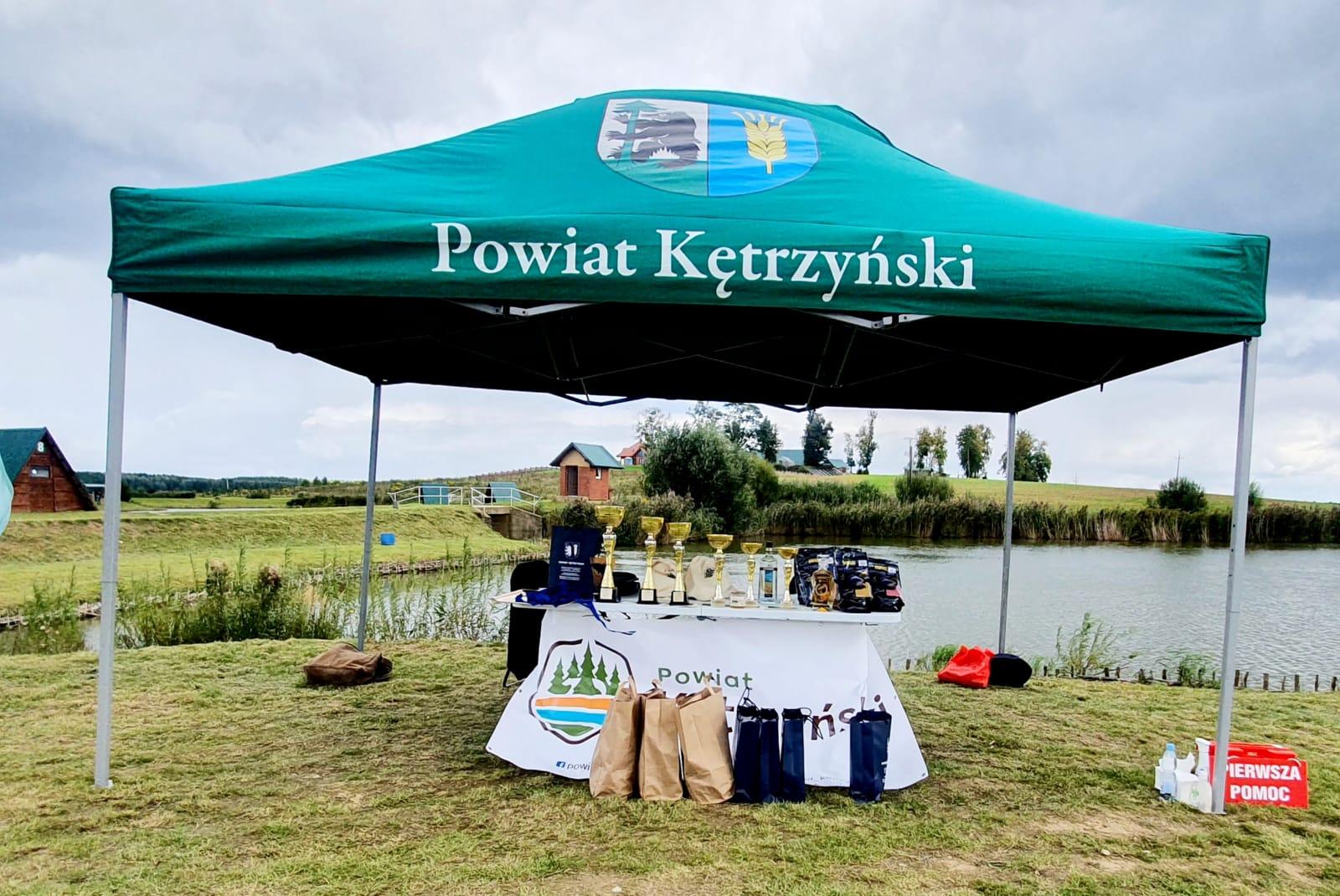 zdjęcie przedstawia uczestników zawodów wędkarskich o puchar starosty kętrzyńskiego