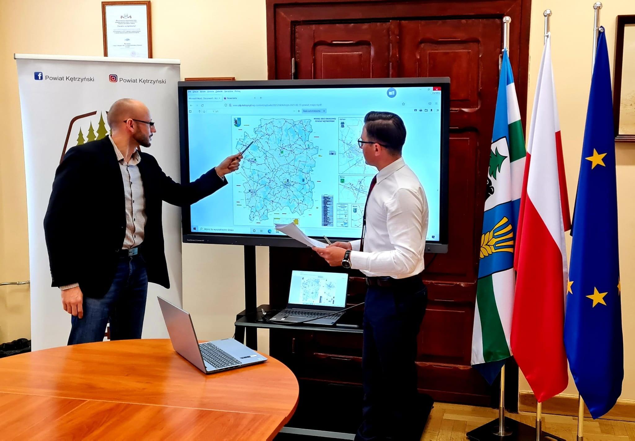 Zdjęcie przedstawia starostę kętrzyńskiego Michała Kochanowskiego oraz Dyrektora Zarządu Dróg Powiatowych