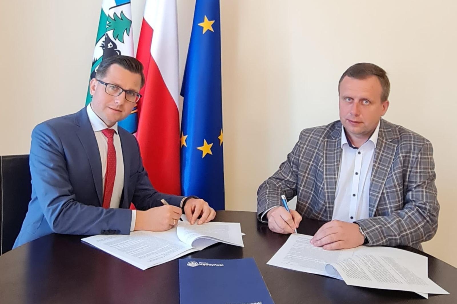 Zdjęcie przedstawia starostę kętrzyńskiego Michała Kochanowskiego oraz wicestarostę Andrzeja Lewandowskiego