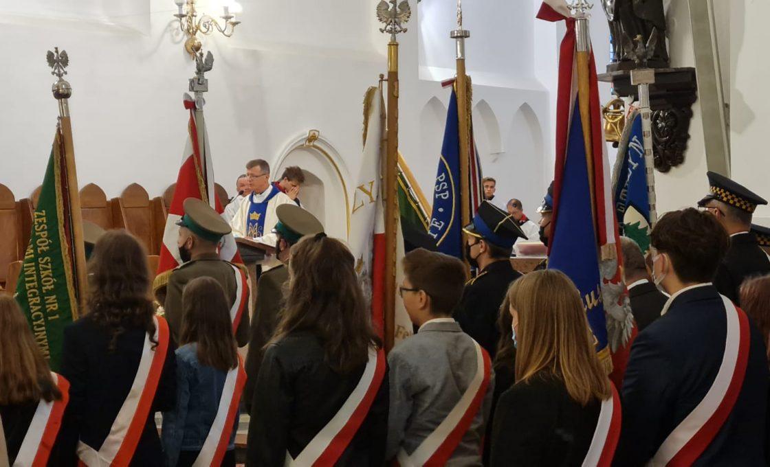 Zdjęcie przedstawia poczty sztandarowe biorące udział w uroczystości w kościele