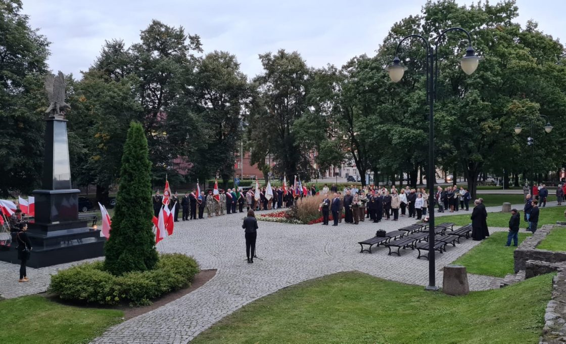 Zdjęcie przedstawia miejsce przy którym prowadzone uroczystości  wraz ich uczestnikami