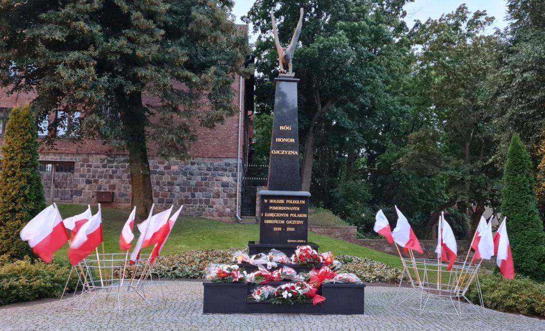 Zdjęcie przedstawia Pomnik po uroczystościach