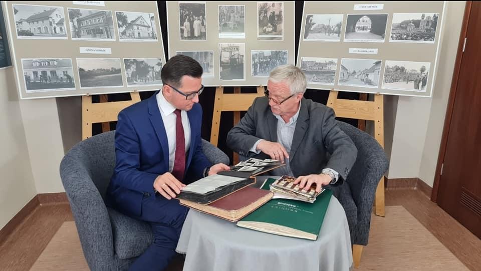 Zdjęcie przedstawia starostę Michała Kochanowskiego i dyrektora Centrum Tadeusza Korowaja.