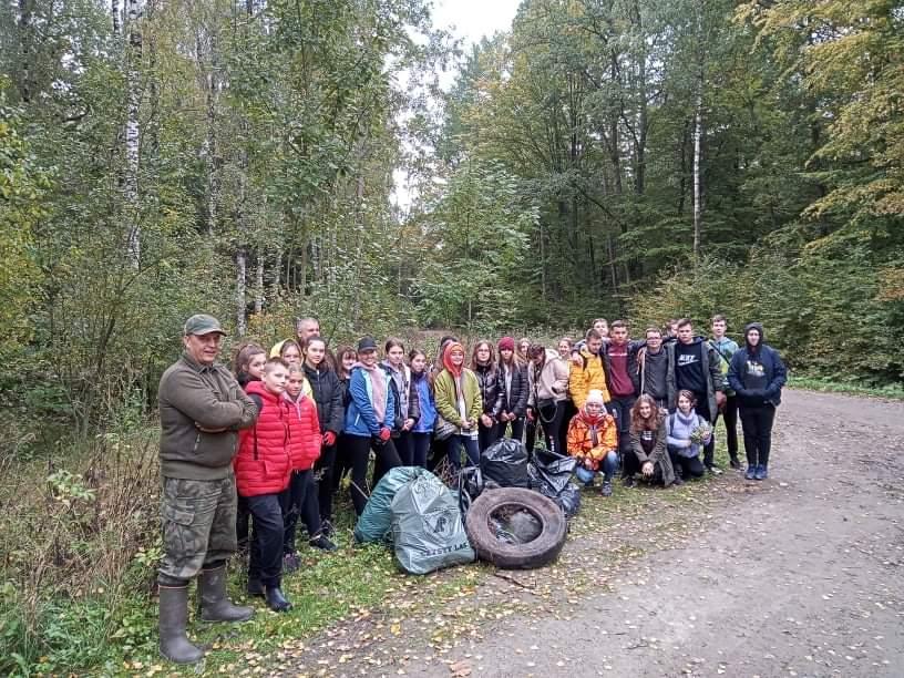 """Zdjęcie przedstawia uczestników VI Akcji """"Sprzątania lasów"""""""