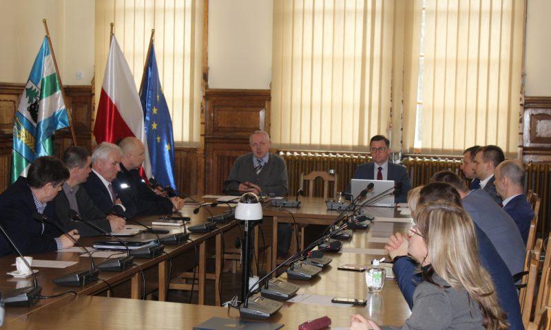 Samorządowcy z terenu powiatu kętrzyńskiego dyskutowali o stanie zabezpieczeń przed zagrożeniem  koronawirusem.